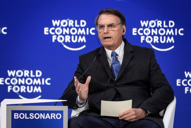 Bolsonaro mostra cicatriz de facada e desabafa: 'alguns falam que foi fake'