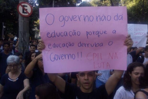 Estudantes protestam contra corte na Educação pelo presidente Jair Bolsonaro