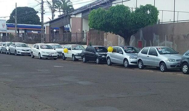 Comerciantes reclamam que 'obra atrapalha', mas enchem vagas de carros para vender