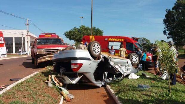 Carro capota em batida com caminhonete e 4 ficam feridos