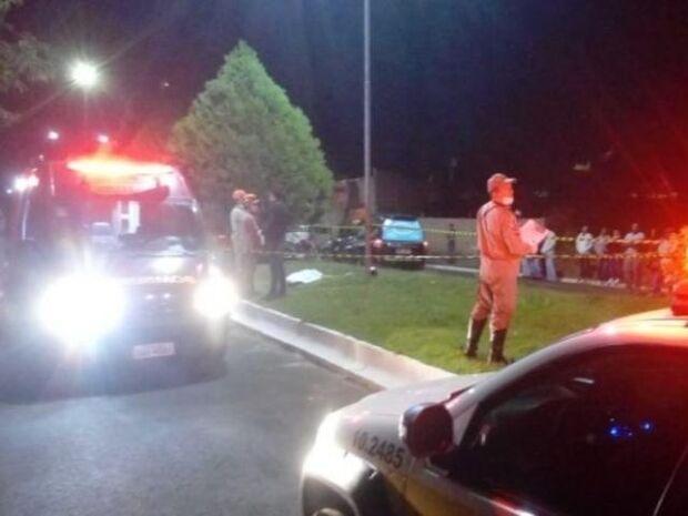 Garupa de motocicleta morre após veículo bater em poste