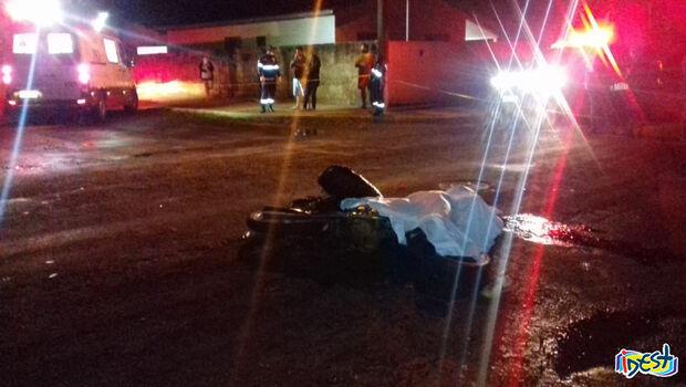 Jovem de 18 anos morre após bater moto em caminhão; motorista foge