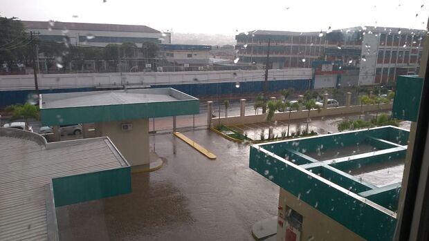 Porteiro da Santa Casa é atingido por raio durante chuva em Campo Grande