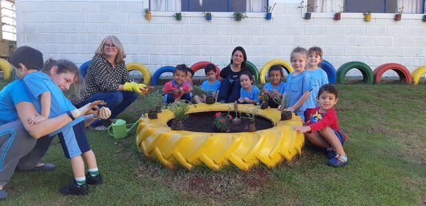 Na escolinha, crianças aprendem a respeitar a natureza em jardim colorido e sustentável