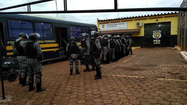Batalhão de Choque chega a presídio para controlar motim organizado por presos de facção criminosa