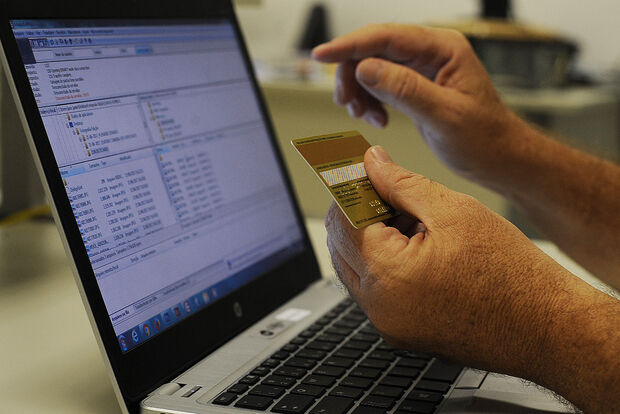 Com 'preço inbox' ou 'dispenso curiosos', vendedores misteriosos afastam clientela