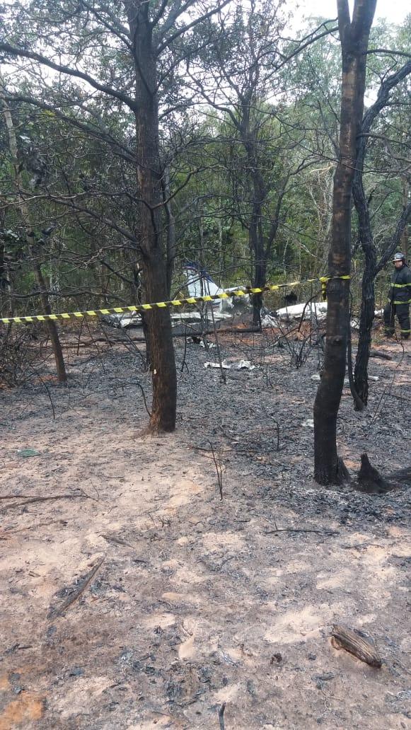 Moradores ouviram grande explosão e dizem que avião caiu de bico em mata