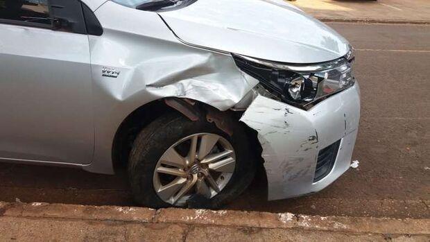 Após vítima escapar de roubo, assaltantes tentam fugir com carro e causam acidente