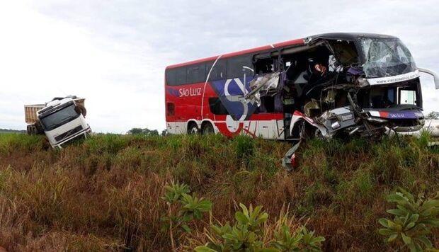 Ônibus que saiu de Campo Grande bate em caminhão e 11 pessoas ficam feridas em Goiás