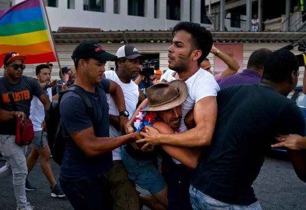 Polícia interrompe marcha LGBT em Cuba