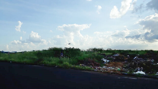Freteiros 'fazem a festa' e ajudam a formar lixão bem em frente ao aeroporto