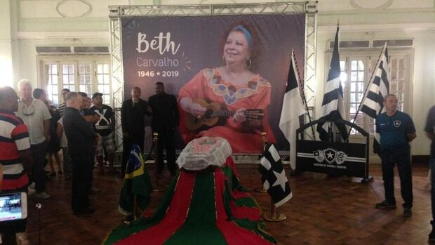 Ao som de samba, amigos e familiares se despedem da 'madrinha' Beth Carvalho no Rio
