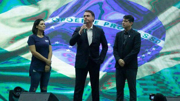 Durante culto no Rio, Bolsonaro diz que protestos são contra as 'velhas práticas' políticas