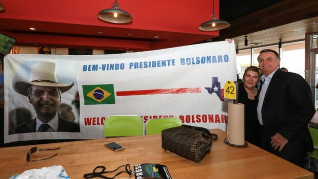 Bolsonaro adapta seu slogan, inclui Estados Unidos e esquece Deus