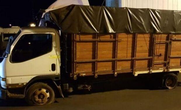 """Contrabandista de 18 anos tenta """"atropelar"""" viatura da PF com caminhão lotado de cigarro"""