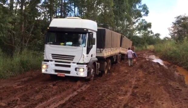 VÍDEO: caminhões afundam em rodovia que é armadilha há anos em MS