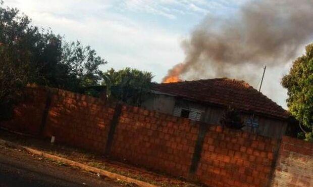 É fogo: rapaz incendeia própria casa após acender cigarro em MS