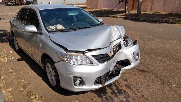 Condutor perde o controle da direção, bate em poste de energia,  'foge' e abandona veículo