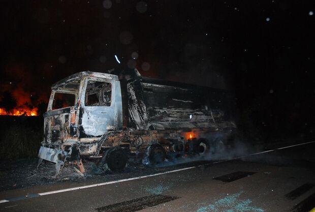 Caminhão pega fogo em rodovia e fica destruído