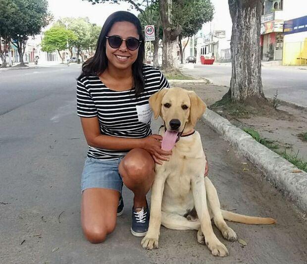 Professora se inspira em cão de estimação e lança livro sobre travessuras dele