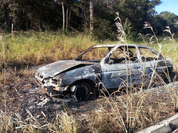 Leitor flagra carro queimado à beira da MS-040