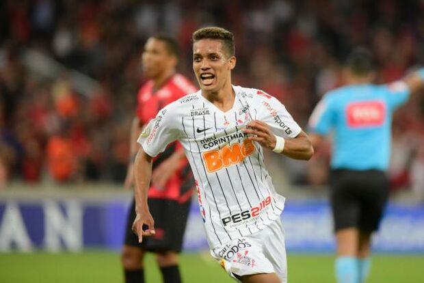 Love e Pedrinho marcam, e Corinthians derrota os reservas do Athletico em Curitiba