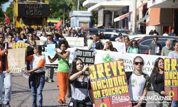 Manifestantes vão às ruas de Corumbá contra cortes na Educação pelo governo federal
