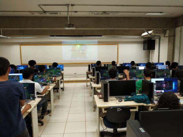 UFMS compra computadores de ponta e libera pra acadêmicos jogarem LOL