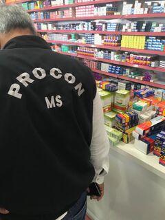 Farmácia é autuada pelo Procon por vender produtos com preços divergentes