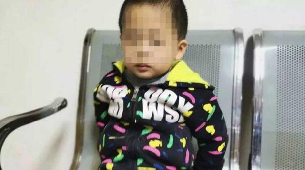 Menino autista de 5 anos é abandonado pela mãe com triste bilhete