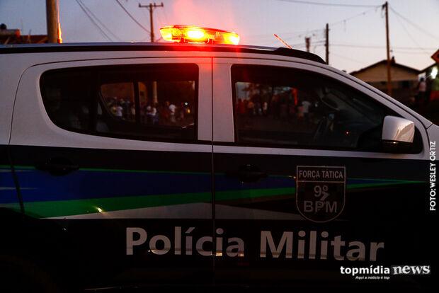 Mulher tenta quebrar carro de ex-marido com martelo no centro de Campo Grande