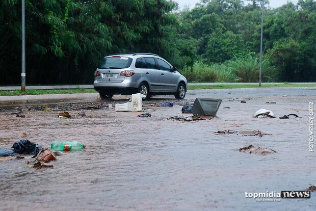 Chuva arrasta lixo para as ruas e gera transtorno para motoristas