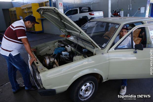 Para abastecer a R$ 2,50, vale empurrar carro até posto para 'sair da reserva' em Campo Grande