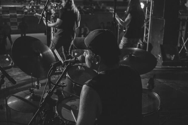 Banda de pop rock faz show especial com 14 mulheres no palco em Campo Grande