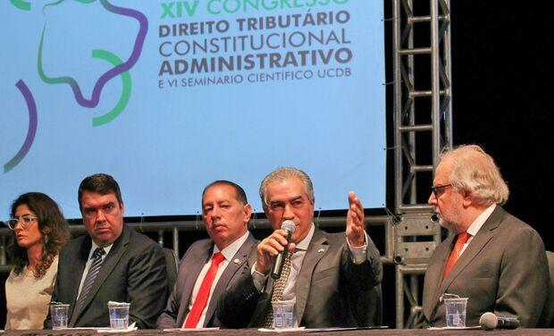 Reinaldo defende simplificação tributária e diz que Previdência tem que acabar com privilégios