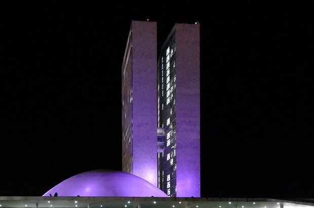 Prédio do Congresso Nacional fica roxo para lembrar doenças raras