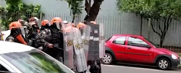 Polícia usa bombas de gás para dispersar estudantes durante protesto