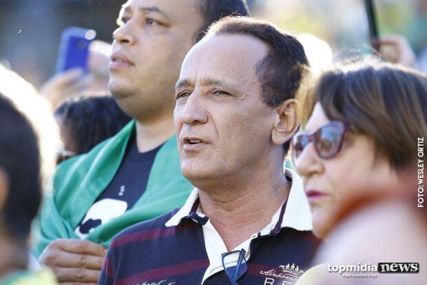 'Famoso' por escândalo de prostituição infantil, ex-deputado vai a protesto e canta hino nacional