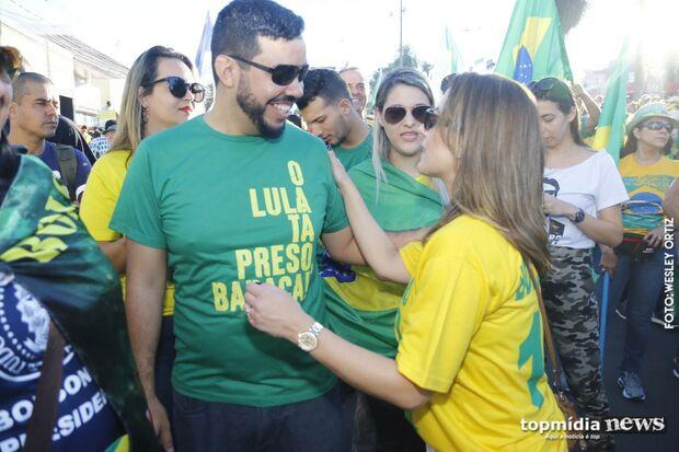 Em ato a favor de Bolsonaro, senadora do PSL critica 'desunião de aliados' pelas reformas