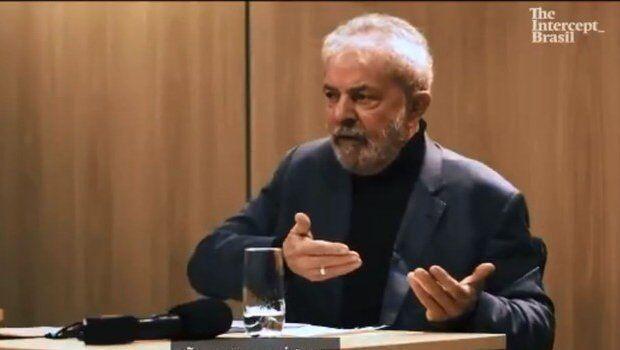 Após anúncio de namoro, Lula já usa aliança de compromisso