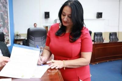 É mole? Cassada, vereadora processa a Câmara para receber R$ 82 mil de salários