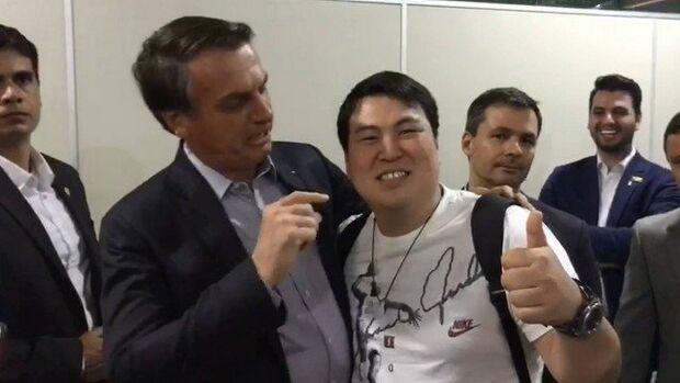 Bolsonaro faz piada com oriental: 'tudo pequenininho aí?'