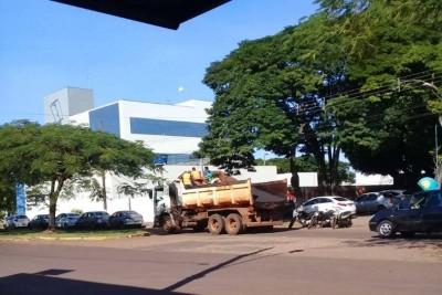 Caminhão da Prefeitura de Dourados é flagrado carregando trabalhadores em carroceria