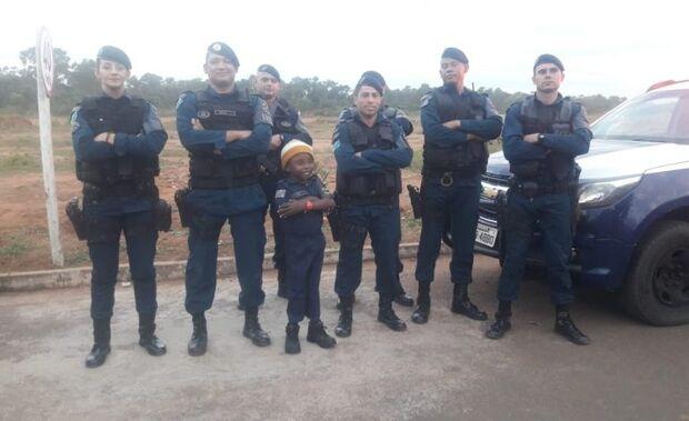 """Policiais Militares são """"acionados"""" para aniversário de menino fã da Força Tática"""