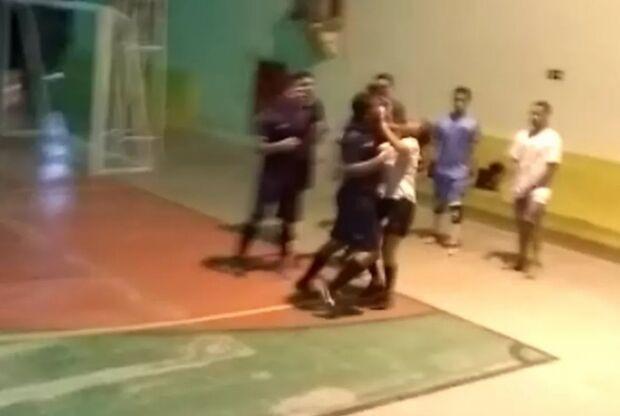 Árbitra é agredida violentamente com soco no rosto após expulsar jogador