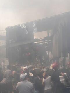 Caminhão que transportava cerveja pega fogo e acaba saqueado