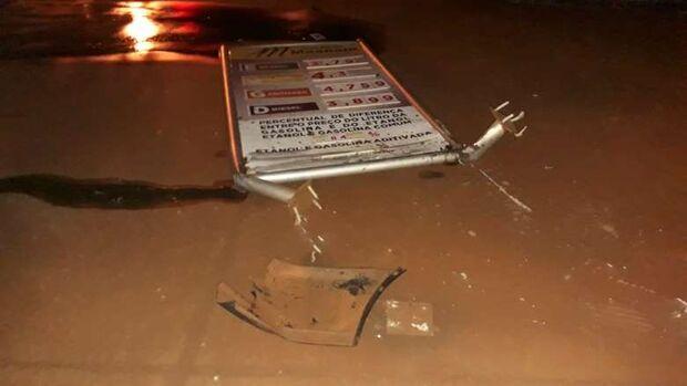Bêbado, homem 'atropela' placa de posto de combustível e acaba preso