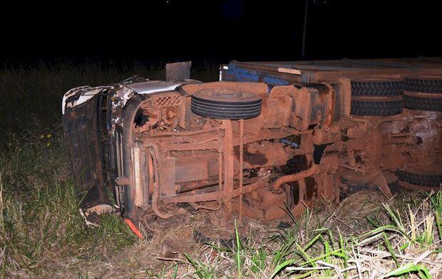 Condutor tenta escapar de acidente grave na pista e tomba carreta na MS-276
