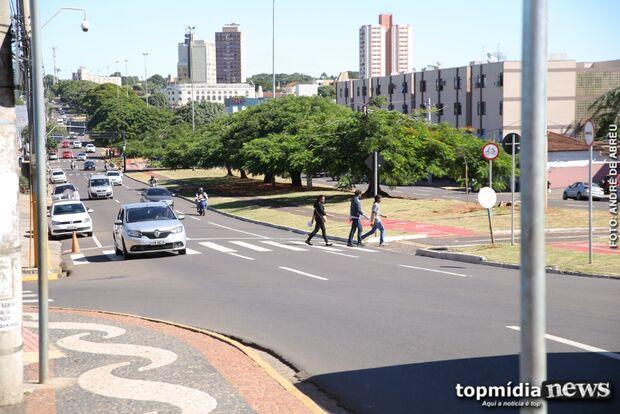 Palco de acidentes constantes, faixa de pedestre em frente ao Camelódromo é problema ou solução?