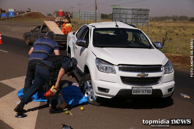 Caminhonete capota em batida com caminhão em rotatória de Campo Grande